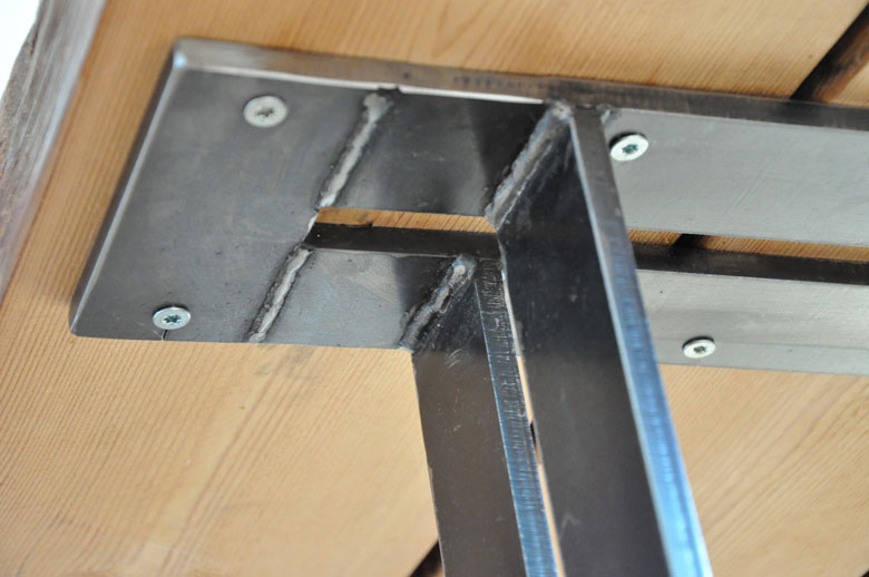 Auflageträger für die Holzbalken des Esstischs