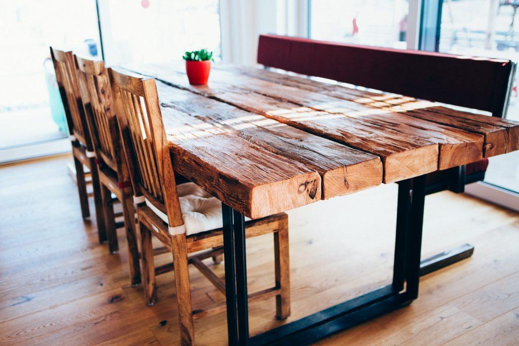 tisch esstisch mit flachstahl beinen und alten holzbalken feinrost. Black Bedroom Furniture Sets. Home Design Ideas