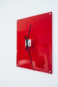Feinrost Upcycling Wanduhr rot - Detailansicht, Metall mit altem Uhrwerk