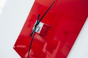 Feinrost Upcycling Wanduhr rot - Detail, Metall mit altem Uhrwerk